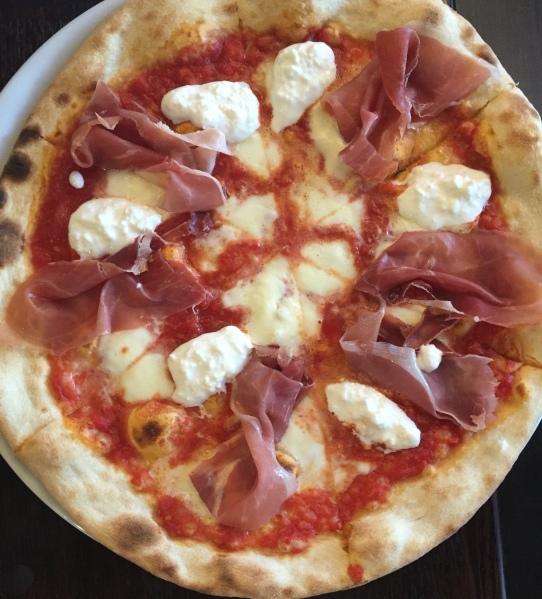 Burrata e prosciutto crudo pizza